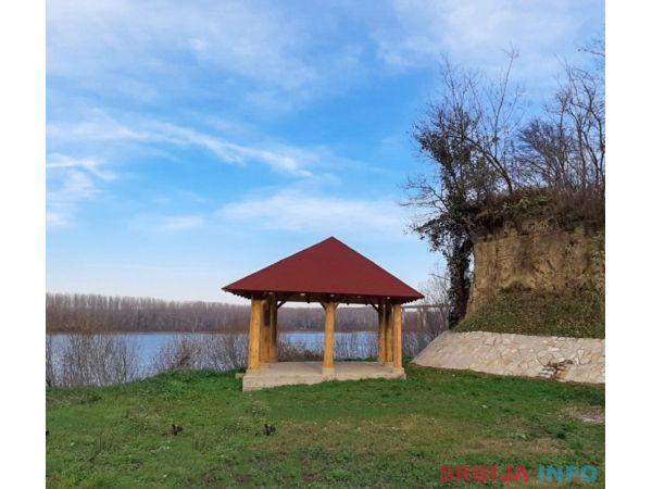 EKSKLUZIVAN plac na samoj obali Dunava-Beska