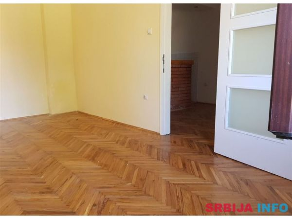 Uknjizen 1.5 stan sa dvoristem, garazom i pom. pros-Padinska