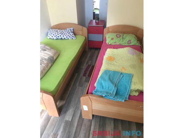 Na prodaju kreveti, ormani i strujna pec
