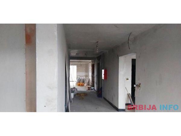 Izdavanje poslovne zgrade Surcin-Cara Dusana