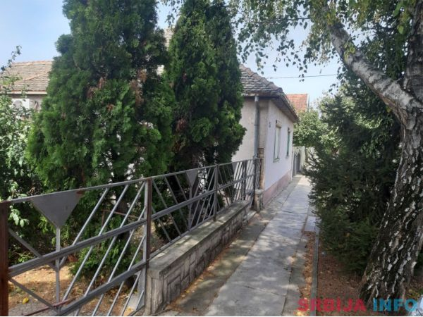 Prodajem kucu u centru Zmajeva-2 stambene jedinice