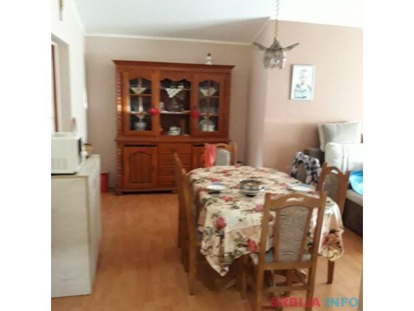 Prodajem kucu u Beceju