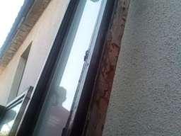 Drvena balkonska vrata i dva prozora