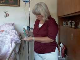 Negovateljica pruža pomoć starim i bolesnim osobama